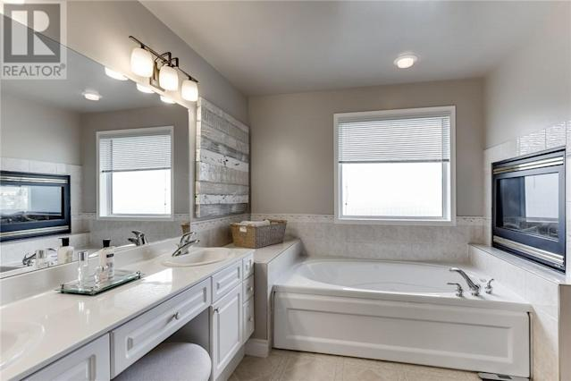 <p><span>238 Horlick Cres., Saskatoon, Sask.</span><br> The master ensuite has a fireplace, double sinks, and both a shower and soaker tub.<br> (Photo: Zoocasa) </p>