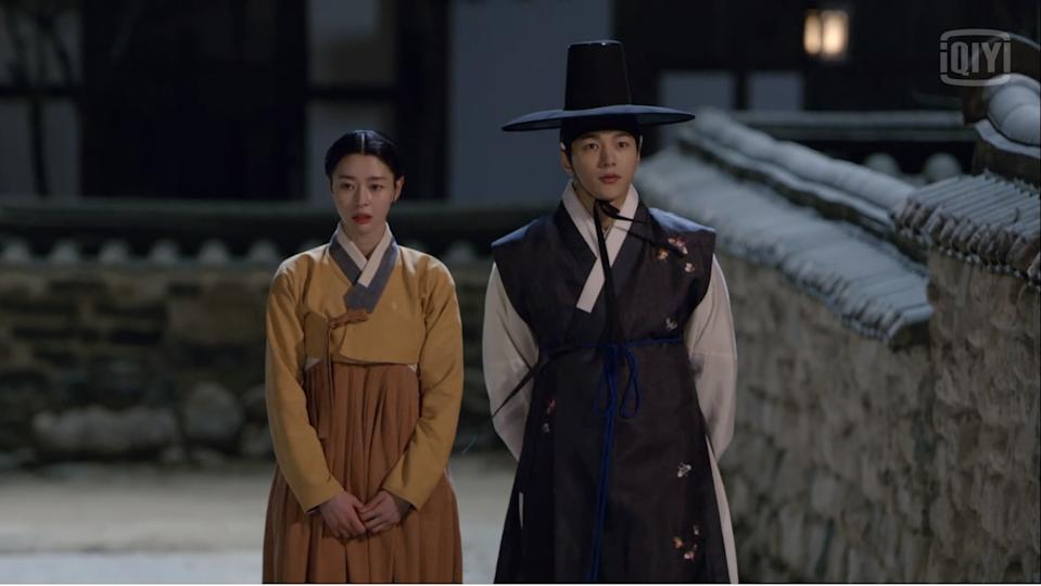 Sung Yi Gyeom (Kim Myungsoo, right) and Hong Da In (Kwon Nara) talk awkwardly about their feelings for each other in Royal Secret Agent.