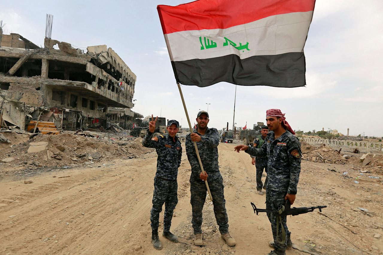 <p>Iraqi Federal Police celebrate in the Old City of Mosul, Iraq, July 8, 2017. (Photo: Ahmed Saad/Reuters) </p>