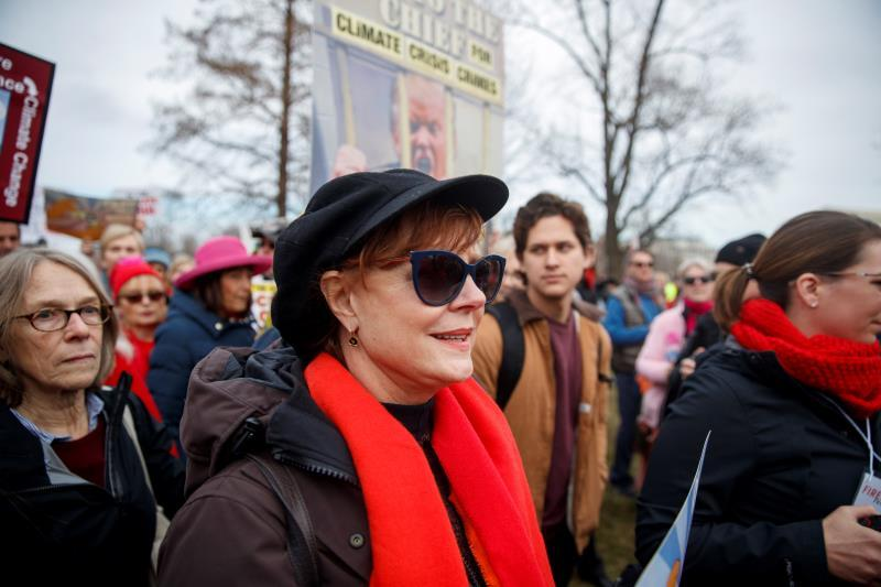 Academy Award winner Susan Sarandon participates in a march during the Fire Drill Friday climate change rally, at the US Capitol in Washington (USA). EFE/Shawn Thew