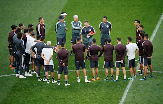 Soccer Football - World Cup - Mexico Training - Luzhniki Stadium, Moscow, Russia - June 16, 2018 Mexico coaching staff speak with the players during training REUTERS/Gleb Garanich