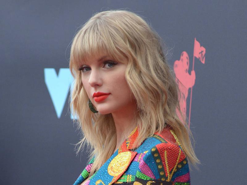 Taylor Swift calls on big stars to do more for songwriters