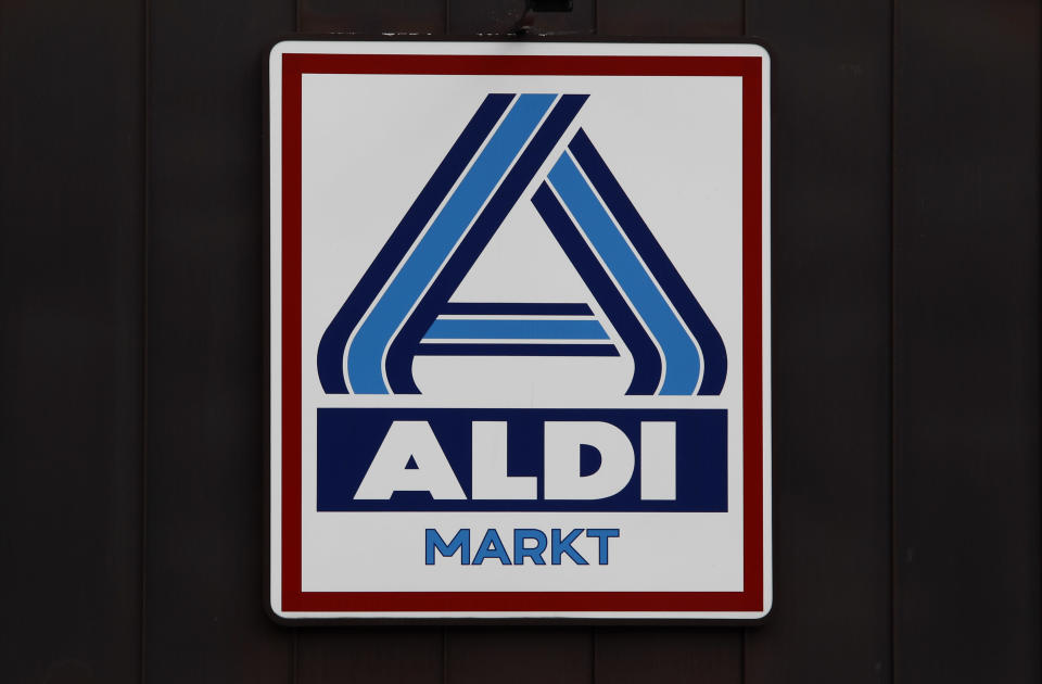 The logo of an Aldi supermarket is pictured in Berlin July 28, 2010. Theo Albrecht, one of Germany's wealthiest men and co-founder of the Aldi discount supermarket chain, with a fortune estimated at nearly 17 billion Euro, died on Saturday, German media reported.   REUTERS/Fabrizio Bensch (GERMANY - Tags: SOCIETY OBITUARY)