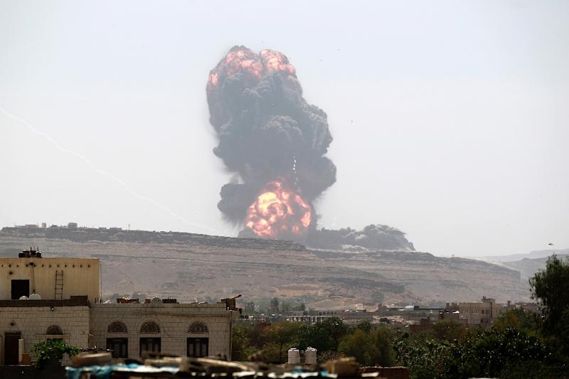 Smoke billows following an air-strike by the Saudi-led coalition on a Shiite Huthi weapons depot on the outskirts of the Yemeni capital Sanaa, on May 22, 2015 (AFP Photo/Mohammed Huwais)