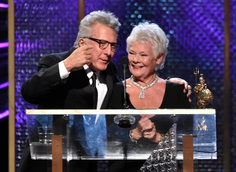 Judi Dench accepts the Albert R. Broccoli Britannia Award for Worldwide Contribution to Entertainment from Dustin Hoffman during the BAFTA Awards on October 30, 2014 in Beverly Hills (AFP Photo/Kevin Winter)