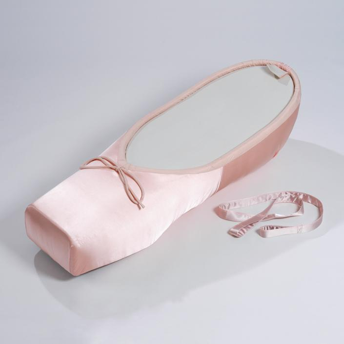 A coffin in the style of a ballet slipper. (Photo: Caters News)
