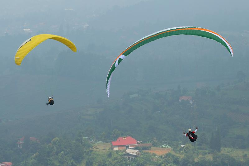 JAKARTA, INDONESIA - NOVEMBER 17: Competitors ride thermals during the paragliding on day seven of the 2011 Southeast Asian Games at Gunung Mas Puncak Bogor on November 17, 2011 in Jakarta, Indonesia. (Photo by Cameron Spencer/Getty Images)