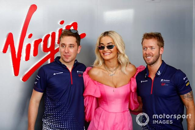 "La cantante Rita Ora con Robin Frijns, Envision Virgin Racing, Sam Bird, Envision Virgin Racing <span class=""copyright"">Sam Bloxham / Motorsport Images</span>"