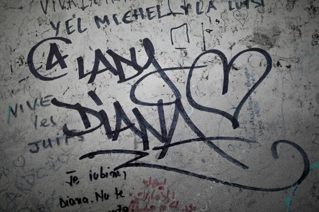 <p>Graffitis are pictured near the makeshift monument for the late Princess Diana above the Pont de l'Alma tunnel in Paris, Aug. 31, 2017. (Photo: Kamil Zihnioglu/AP) </p>