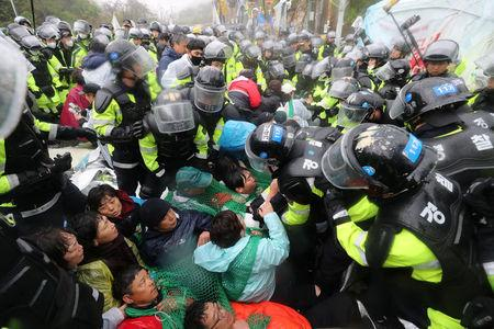 South Korean police officers attempt to disperse residents taking part in an anti-THAAD (Terminal High Altitude Area Defense) protest in Seongju, South Korea, April 23, 2018. Yonhap via REUTERS