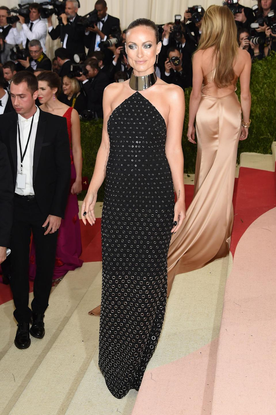 """<h1 class=""""title"""">Olivia Wilde in a Michael Kors Collection dress and Jennifer Fisher jewelry</h1><cite class=""""credit"""">Photo: Getty Images</cite>"""