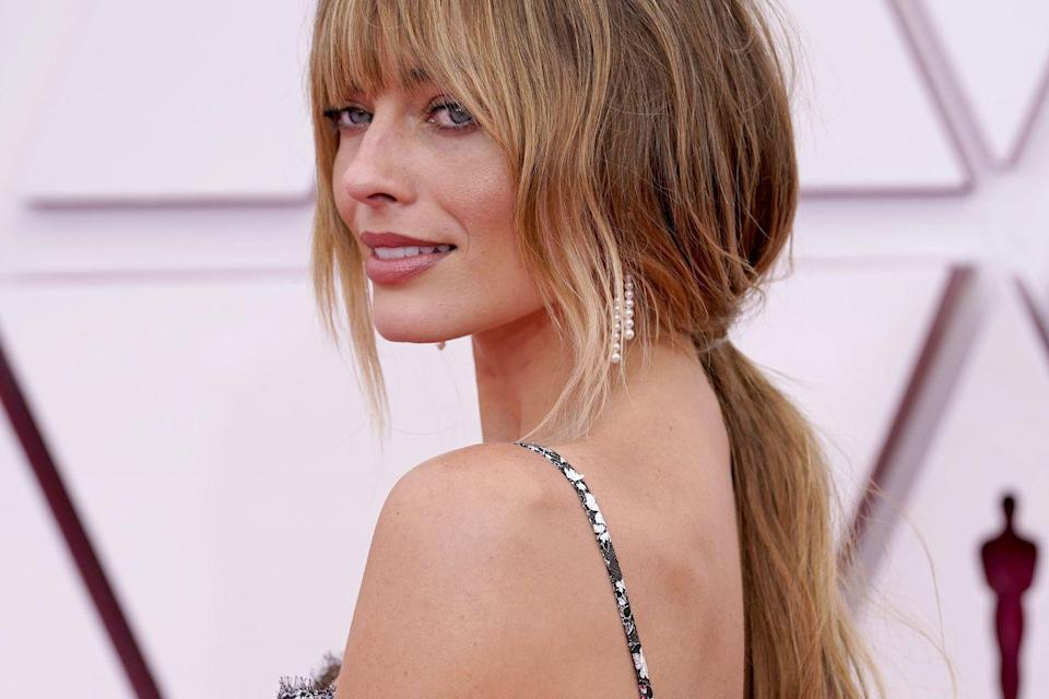 "<p>Patti Dubroff created a soft beachy bronze look for the red carpet regular this year. The key to the look: the <a href=""https://www.chanel.com/us/makeup/p/169070/baume-essentiel-multi-use-glow-stick/"" rel=""nofollow noopener"" target=""_blank"" data-ylk=""slk:Chanel Baume Essential Multi-Use Glow Stick"" class=""link rapid-noclick-resp"">Chanel Baume Essential Multi-Use Glow Stick</a> in Golden Light, which can be tapped and blended into the skin seamlessly. </p>"