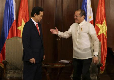 Philippines' President Benigno Aquino prepares to shake hands with Vietnam's Prime Minister Nguyen Tan Dung during his courtesy call at the Malacanang Presidential Palace in Manila