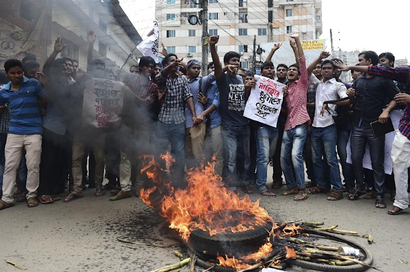 Students block the road during a protest in the Bangladeshi capital Dhaka on April 7, 2016 following the latest in a string of activist killings (AFP Photo/Munir Uz Zaman)