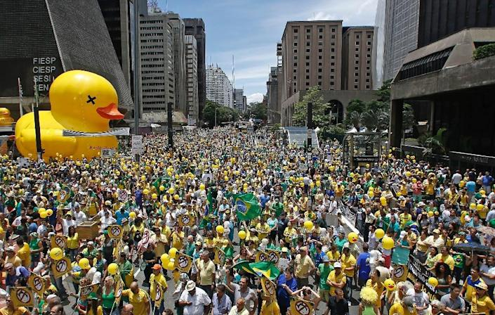 Demonstrators rally calling for the impeachment of Brazilian President Dilma Rousseff's at Paulista Avenue, in Sao Paulo, Brazil on December 13, 2015 (AFP Photo/Miguel Schincariol)