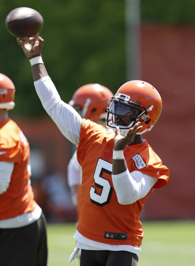 Cleveland Browns quarterback Tyrod Taylor throws during a practice at the NFL football team's training camp facility, Wednesday, May 23, 2018, in Berea, Ohio. (AP Photo/Tony Dejak)