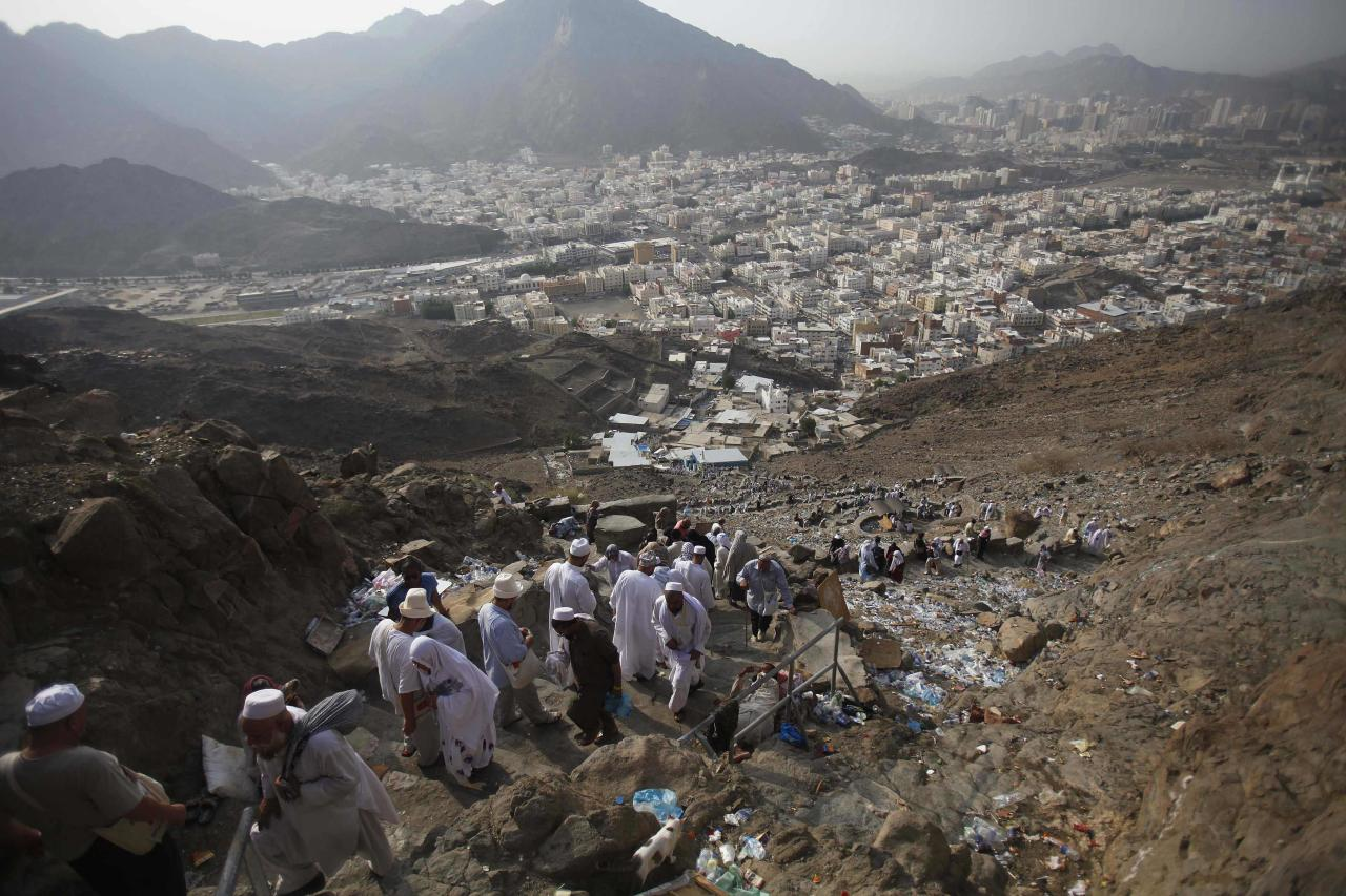 Muslim pilgrims ascend Mount Al-Noor ahead of the annual haj pilgrimage in Mecca October 10, 2013. Mount Al-Noor houses Ghar-E-Hira or Hira cave, where Prophet Mohammad is said to have spent a great deal of time in the cave meditating and it is believed that he had received his first revelation inside this cave. REUTERS/Ibraheem Abu Mustafa (SAUDI ARABIA - Tags: RELIGION)