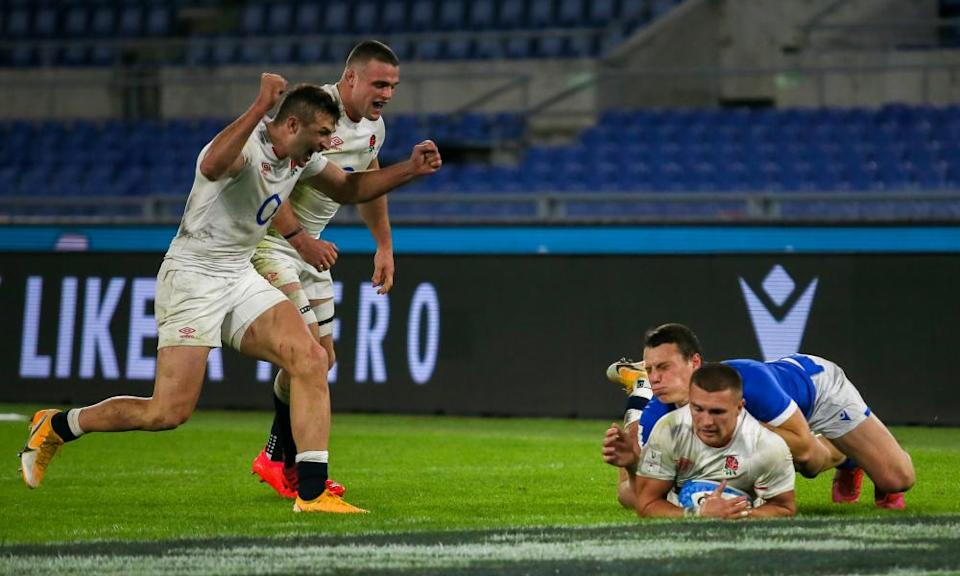 Henry Slade goes over for England's fifth try.