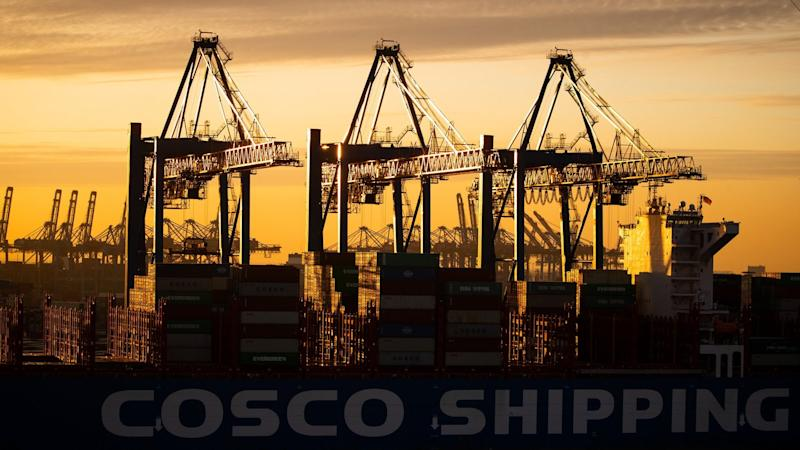 Ein Containerschiff der China Ocean Shipping Company (COSCO) am Containerterminal Tollerort der Hamburger Hafen und Logistik AG (HHLA). Die OECD hat ihren neuen Konjunkturbericht vorgelegt.