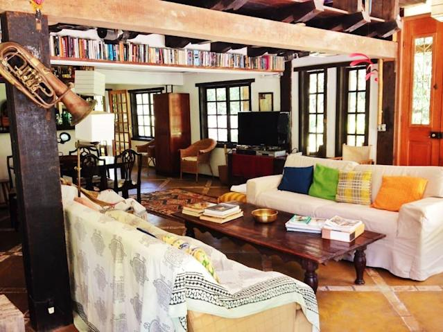 <p>The living room lots of reading material, and space for entertaining. (Airbnb) </p>