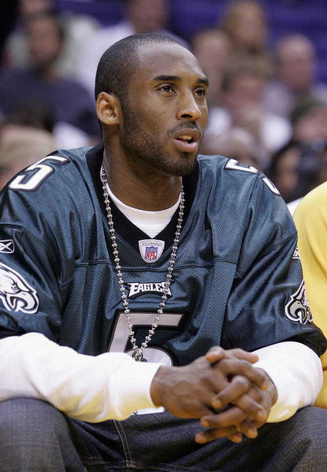 Kobe Bryant wears a Philadelphia Eagles jersey in 2005 while on the Lakers bench during a game. (Photo by Vince Bucci/Getty Images)