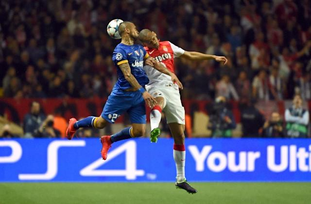 Juventus' midfielder from Chile Arturo Vidal (L) and Monaco's Brazilian defender Fabinho go for a header during the UEFA Champions League quarter final second leg football match on April 22, 2015 in Monaco (AFP Photo/Pascal Guyot)