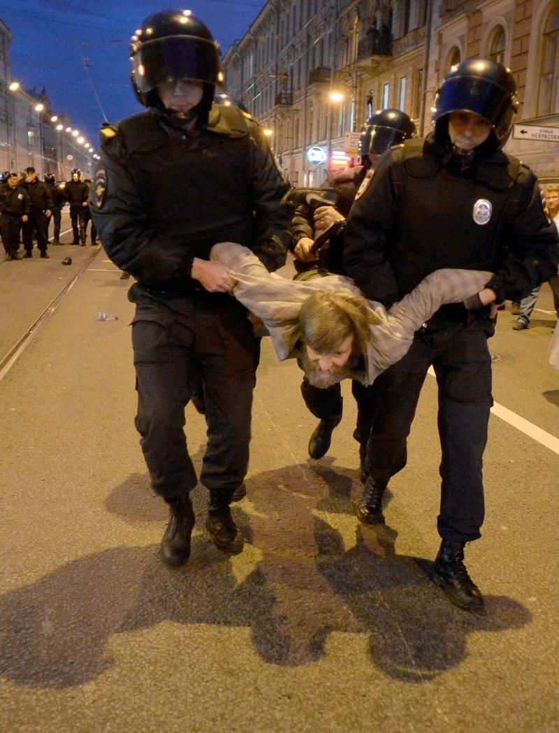 <strong>Russian police officers detain a supporter of opposition leader Alexei Navalny during an unauthorized rally in Saint Petersburg</strong> (OLGA MALTSEVA via Getty Images)