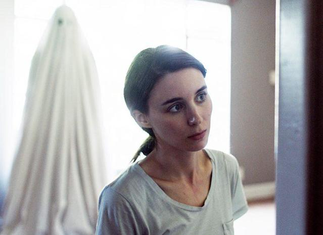 Casey Affleck haunts Rooney Mara in <em>A Ghost Story</em> (Photo: A24)