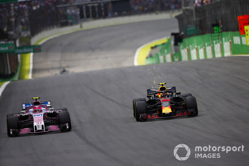 """Max Verstappen, Red Bull Racing RB14 y Esteban Ocon, Force India VJM11<span class=""""copyright"""">Andy Hone / Motorsport Images</span>"""
