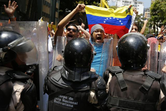 Anti-government protesters shout slogans after the police attempted to stop their march in Caracas March 8, 2014. Latin American foreign ministers will meet next week to discuss the unrest in Venezuela that has left at least 20 dead and convulsed the South American OPEC nation, diplomatic sources said on Friday. REUTERS/Jorge Silva (VENEZUELA - Tags: POLITICS CIVIL UNREST TPX IMAGES OF THE DAY)