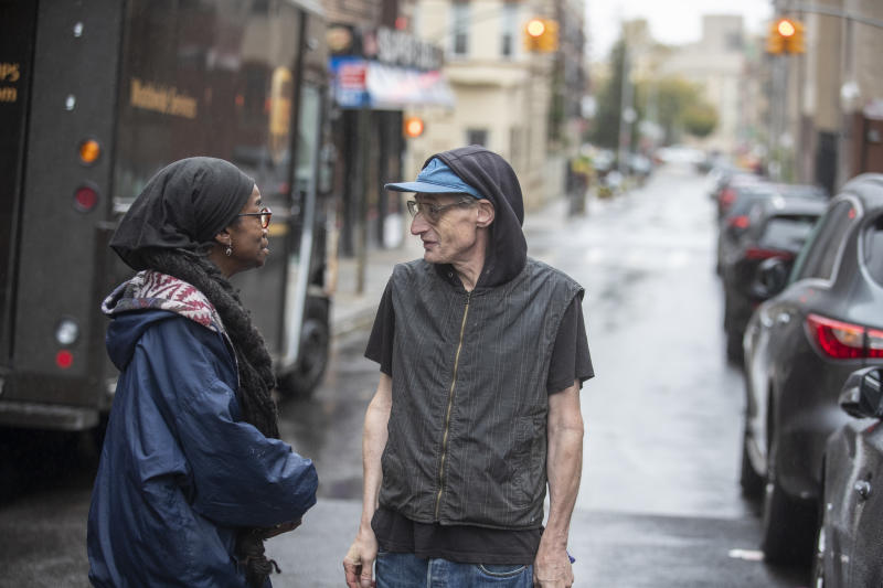 David Shohl speaks to a local resident who lives nearby the Crown Heights shelter where Shohl lives. (Photo: Gordon Donovan/Yahoo News)