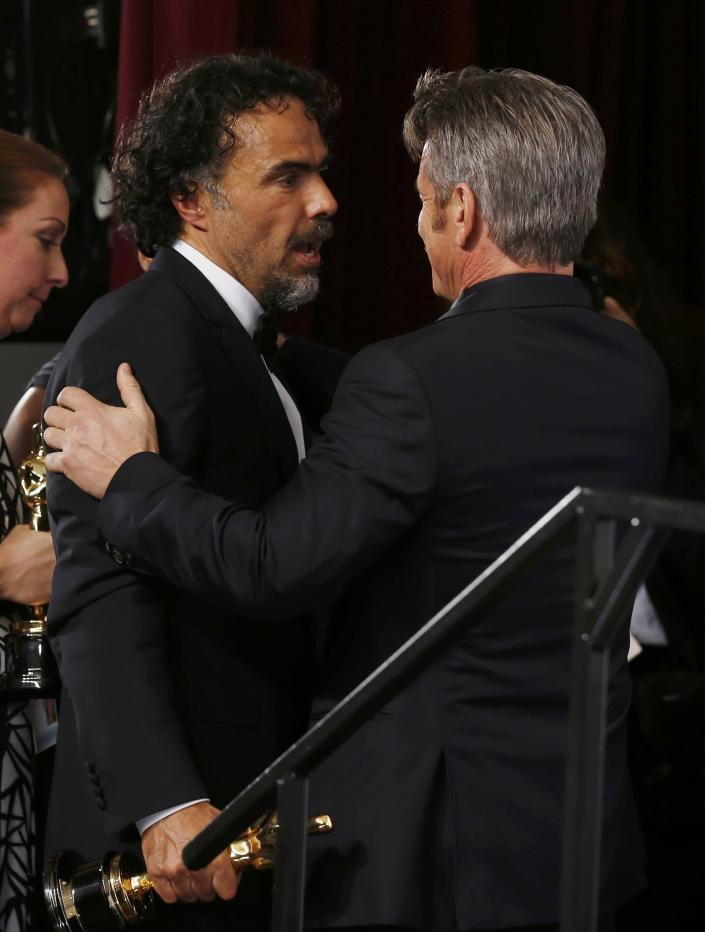 """Birdman"" Director Alejandro Inarritu (L) is congratulated backstage by Best Picture presenter Sean Penn (R) after winning the Oscars for Best Director, Best Original Screenplay and Best Picture at the 87th Academy Awards in Hollywood, California February 22, 2015. REUTERS/Lucy Nicholson (UNITED STATES TAGS:ENTERTAINMENT) (OSCARS-BACKSTAGE)"