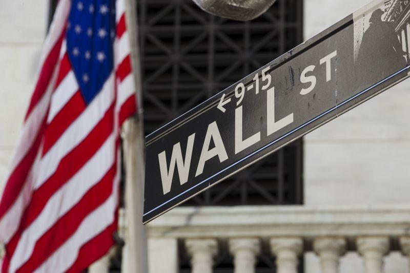 WALL STREET OUVRE AVEC PRUDENCE