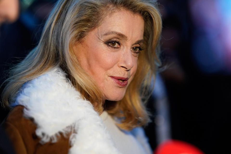 <p>Attentive durant le défilé Yves Saint-Laurent, Catherine Deneuve a visiblement apprécié la collection printemps-été de la maison de couture. (Getty) </p>