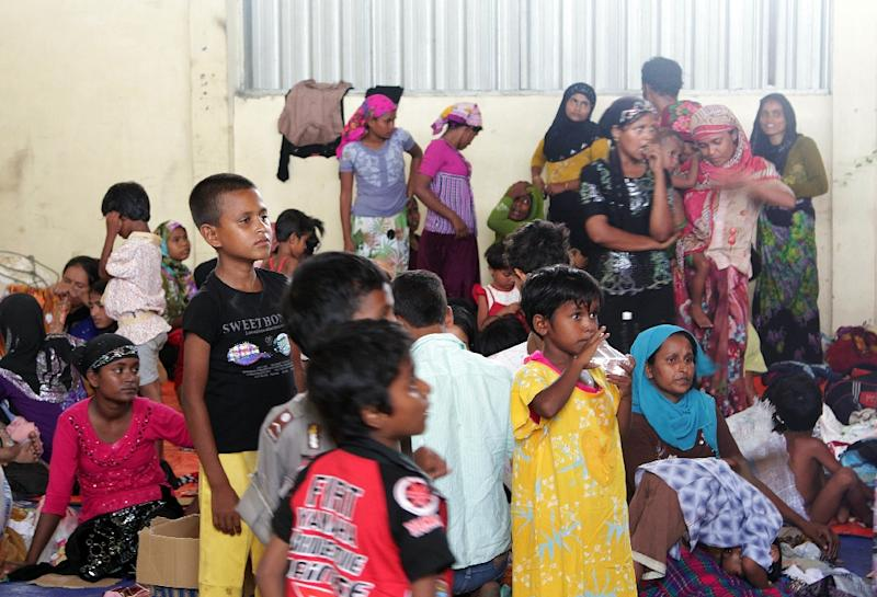 A group of rescued women and children migrants, mostly Rohingya from Myanmar and Bangladesh, pictured at a confinement area in the fishing town of Kuala Langsa in Aceh province, northern Indonesia on May 15, 2015 (AFP Photo/Januar)