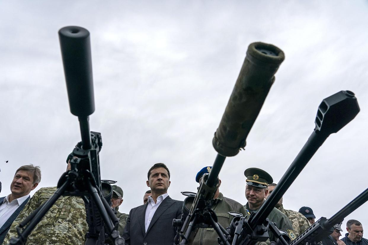 Volodymyr Zelensky, Ukraine's president, center, inspects sniper rifles during a military drill. (Photo: Evgeniy Maloletka/Bloomberg via Getty Images)