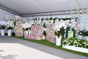 ▲現場布滿白色花海。(圖/記者林柏年攝)| The set of the service was adorned with the white flowers. (NOWnews)