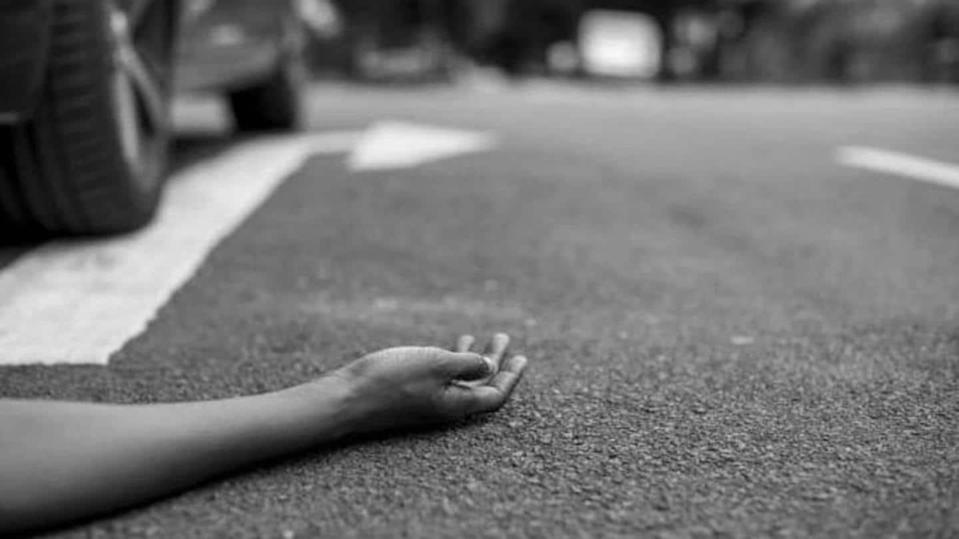 27-year-old woman falls from auto fending off mobile snatchers, dies