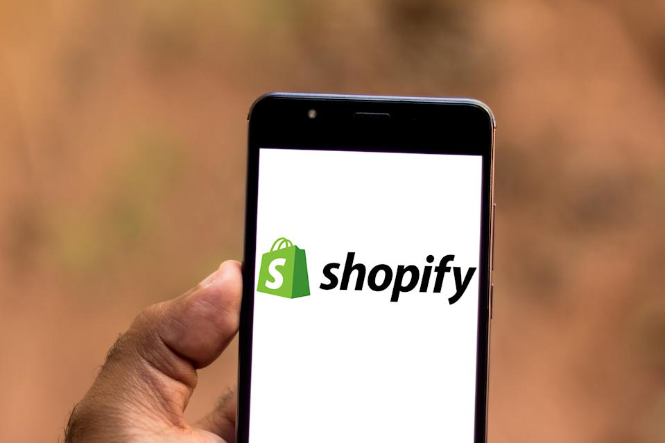 BRAZIL - 2019/06/26: In this photo illustration a Shopify logo seen displayed on a smartphone. (Photo Illustration by Rafael Henrique/SOPA Images/LightRocket via Getty Images)