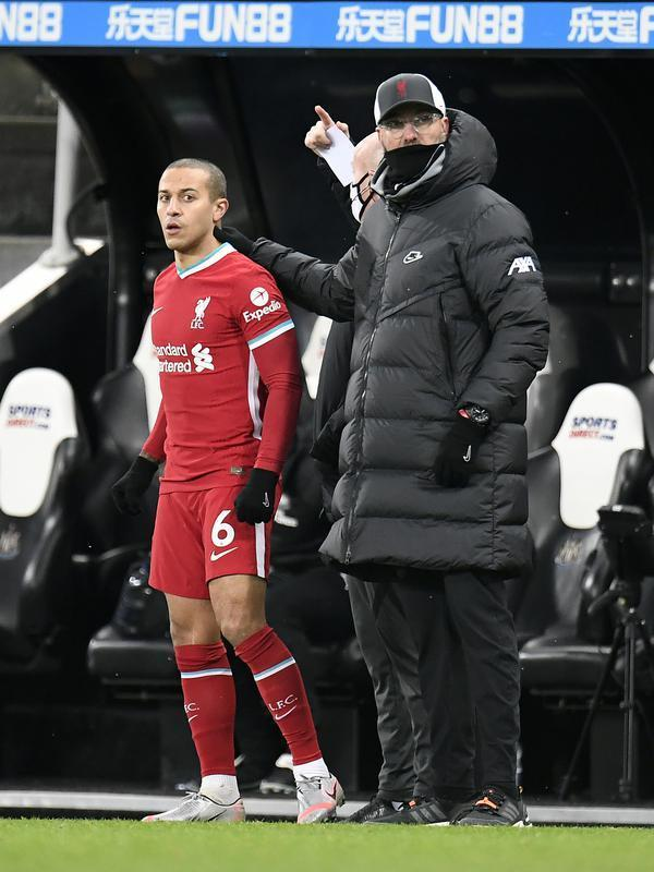 Gelandang Liverpool, Thiago Alcantara, tampil sebagai pemain pengganti saat timnya bersua Newcastle United pada laga pekan ke-16 Premier League di St. James Park, Kamis (31/12/2020) dini hari WIB. (AFP/POOL/Peter Powell)