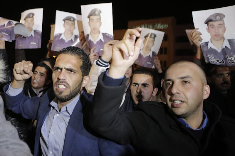 Friends and relatives of Jordanian air force pilot Maaz al-Kassasbeh -- who was captured by Islamic State militants after his plane crashed in Syria on December 24 -- protest near the Prime Minister's office in Amman, on January 27, 2015 (AFP Photo/Khalil Mazraawi)