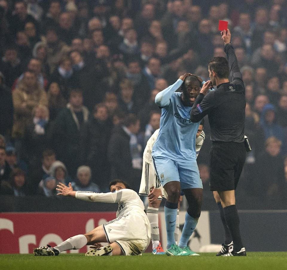 Manchester City's Yaya Toure (C) is sent off during the Champions League match against CSKA Moscow in Manchester on November 5, 2014 (AFP Photo/Oli Scarff)