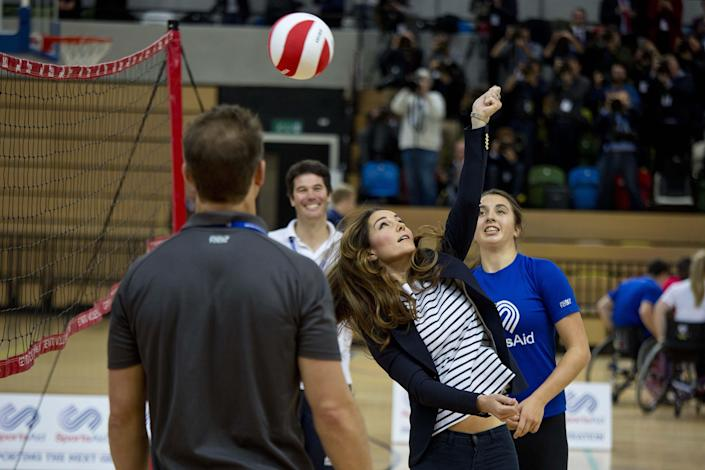 Britain's Catherine, Duchess of Cambridge, plays volleyball as she attends a SportsAid athlete workshop at the Copper Box in the Olympic Park in London October 18, 2013. REUTERS/David Bebber/pool (BRITAIN - Tags: ENTERTAINMENT ROYALS SPORT VOLLEYBALL)