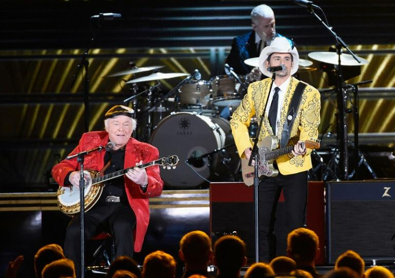 Roy Clark (L) performs with Brad Paisley at the 50th annual CMA Awards in November 2016 in Nashville