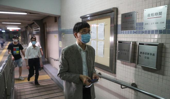 Professor Yuen Kwok-yung arrives at Luk Chuen House to inspect the building. Photo: Edmond So