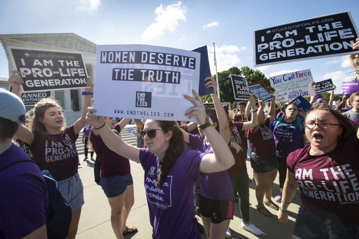 Pro-choice and anti-abortion advocates demonstrate in front of the Supreme Court on June 25, 2018. (Photo: J. Scott Applewhite/AP)