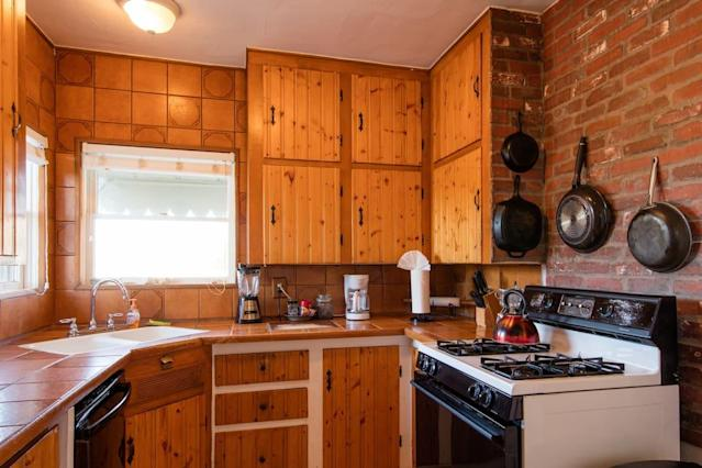 <p>The kitchen is nicely equipped so you can prep your meals for excursions into the park.<br>(Airbnb) </p>