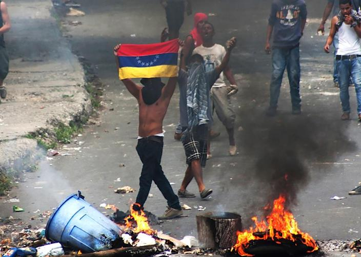 Protesters clash with riot police during a demonstration in Caracas on June 10, 2016 (AFP Photo/)