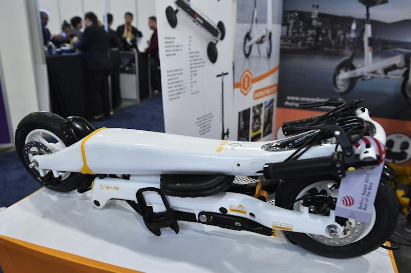 A One Mile Halo City folding electric scooter is seen on display at the Sands convention hall during the 2018 Consumer Electronics Show (AFP Photo/MANDEL NGAN)