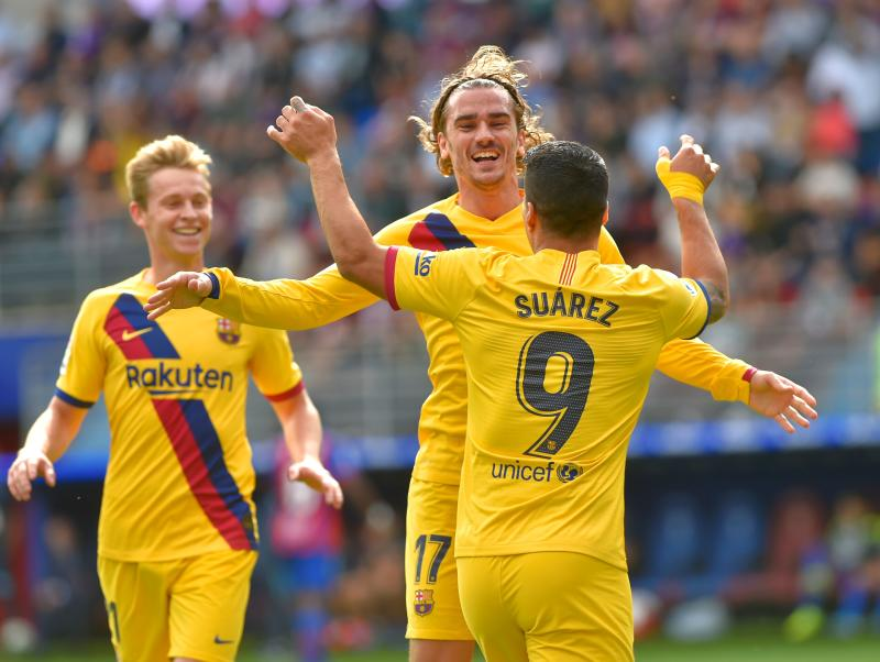 Barcelona's French forward Antoine Griezmann (C) celebrates with Barcelona's Uruguayan forward Luis Suarez and Barcelona's Dutch midfielder Frenkie De Jong after scoring during the Spanish league football match SD Eibar against FC Barcelona at the Ipurua stadium in Eibar on October 19, 2019. (Photo by ANDER GILLENEA / AFP) (Photo by ANDER GILLENEA/AFP via Getty Images)